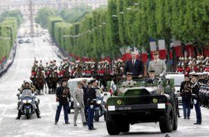 685/5000 El presidente francés Jacques Chirac, acompañado por un comandante militar, comienza a revisar las tropas a su llegada a la Place Etoile, París, Francia, durante la ceremonia principal que conmemora el 62 aniversario de la victoria sobre Alemania en la Segunda Guerra Mundial, 08 de mayo de 2007. FOTO/AP