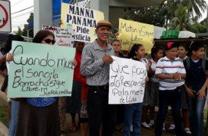 Familiares de la víctima enojados y portaban pancartas. Foto: Mayra Madrid.