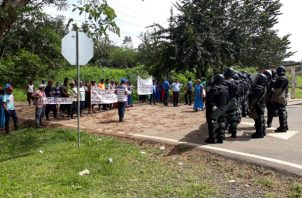 La Policía Nacional impidió el avance de los manifestantes. Foto/José Vásquez