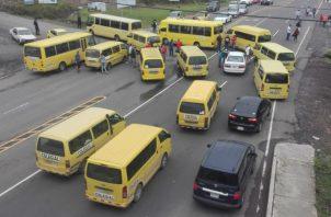 Los busitos colegiales protestan porque la mayor parte de las vías en el poblado de Boquete están cerradas.