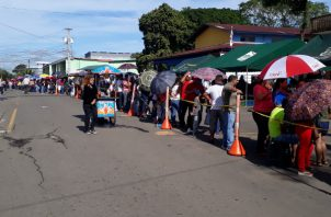 Las personas en la ciudad de David, acudieron masivamente, desde la noche del martes. Foto: José Vásquez.