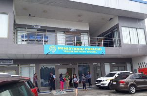 Con el apoyo de las autoridades del Ministerio Público se llevó a cabo el allanamiento al vehículo donde se encontró la presunta droga.