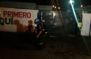 Bomberos acudieron a sofocar el siniestro en la instalación. Foto: Mayra Madrid.