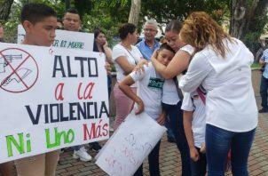 Los familiares del joven Rafael Acosta quién fue asesinado de varios impactos de bala en la Urbanización Villa Lorena en el distrito de David, en la provincia de Chiriquí,  pidieron un alto a la ola de violencia que se vive en esta provincia.
