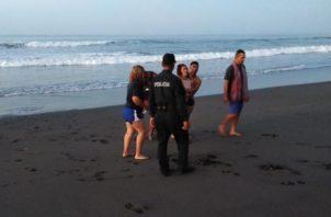 La joven por sus propios medios salió de las turbulentas aguas del mar. Foto/Mayra Madrid
