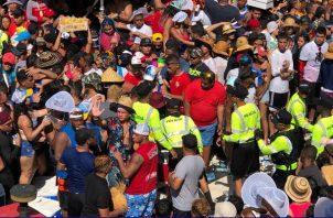 La cantidad de público rebasó la capacidad de los parques de Chitré. Foto/Thays Domínguez