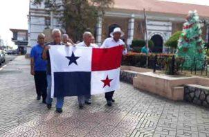 Un grupo de chitreanos, entre ellos ex alumnos del Instituto Nacional durante la gesta de 1964, se reunieron en el parque Unión de Chitré, para recordar los acontecimientos ocurridos hace 55 años. Foto/Thays Domínguez