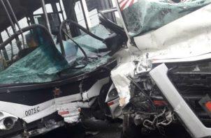 Ambos vehículos quedaron con daños de consideración.