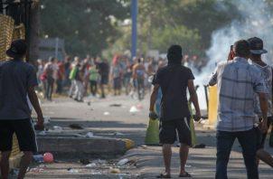 Migrantes hondureños se enfrentan con habitantes de Tecún Umán, (Guatemala). Foto: EFE.