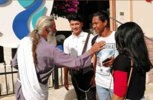 Augusto Texeira durante los días de la JMJ realiza charlas en las calles en las calles con los jóvenes que se acercan a escucharlos, Foto/Eric Montenegro