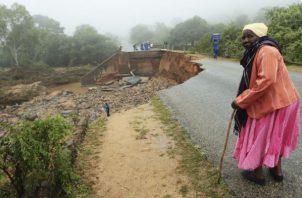 Una adulta mayor ante un puente colapsado por el ciclón Idai en Chimanimani, al sudeste de Harare en Zimbabwe. Foto: AP.