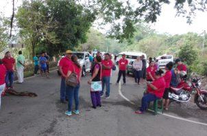 Los manifestantes cerraron la vía con algunos objetos y se apostaron en el lugar. Foto: José Vásquez.