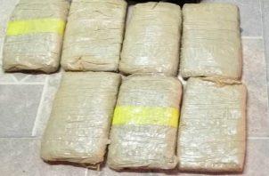 Unidades de policía ubican dentro del vehículo la droga en dos cajas en las que se contabilizaron 40 paquetes.