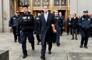 El exabogado personal de Donald Trump, Michael Cohen (d), a la salida del Tribunal Federal de Estados Unidos en Nueva York (Estados Unidos). FOTO/EFE