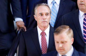 Además del delito de abuso de información privilegiada, el congresista Chris Collins, se declaró culpable de hacer declaraciones falsas a la Oficina Federal de Investigaciones (FBI) para tratar de cubrir su delito.