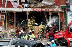 Bomberos en el lugar de la explosión, al occidente de Bogotá. EFE.