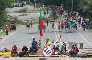 Los indígenas bloquearon la carretera armando barricadas con piedras y encendiendo cócteles molotov en esta zona del país en donde las comunidades ancestrales tienen mayor presencia.