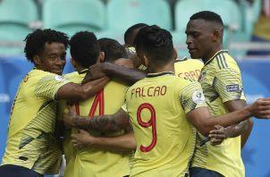 Equipo colombiano celebra el gol de la victoria sobre Paraguay. Foto AP