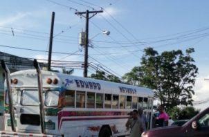 En este bus ocurrió el hecho de sangre en ek área de Puerto Pilón en Colón. Foto/Diómedes Sánchez