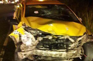 Un taxi y un auto sedán chocaron de frente en la provincia de Colón. Foto Diómedes Sánchez