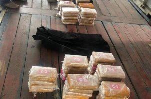 La fiscalía de drogas, decomisó unos 59 paquetes de presunta cocaína en un puerto marítimo en la provincia de Colón. Foto/Diómedes Sánchez