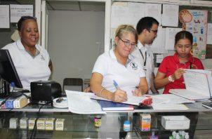 Se encontraron medicamentos vencidos, o sin fecha de vencimiento, por lo que fueron decomisados de los establecimientos. Foto/Diómedes Sánchez