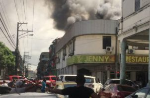 Bomberos atienden fuego en Colón. Foto/Cortesía
