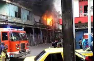 Pasadas la 8 de la mañana los bomberos ya tenían controlado el incendio. Foto/Diómedes Sánchezz