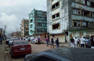 Uno de los implicados en el hecho violento al ver la presencia de la Policía Nacional, se dio a la fuga en los edificios viejos conocidos como Las Cuatro Potencias. Foto/Diómedes Sánchez