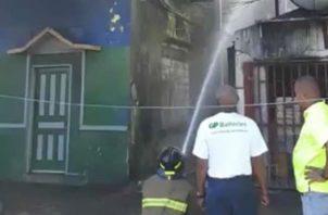 El fuego se concentró en el viejo caserón número 11071. Foto: Diómedes Sánchez.