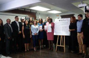 Asistentes a la firma del pacto por la seguridad vial. Nilda Quijano (rosado) fue la única candidata. Foto de Yaissel Urieta Moreno