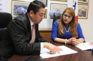 Luis Ramírez, director de Conades, al momento de interponer la denuncia ante Elsa Fernández, jefa de la Autoridad de Transparencia. Foto de cortesía