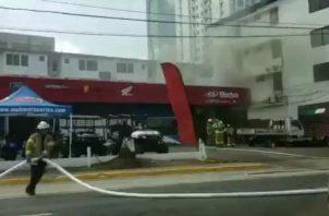 Bomberos atienden conato de incendio en Vía Brasil. Foto/Redes Sociales