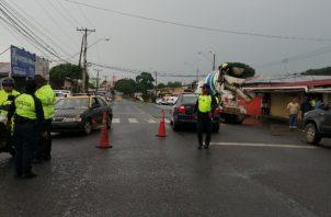 Agentes del tránsito en el área del accidente donde perdió la vida un niño de 11 años. Foto/Eric Montenegro