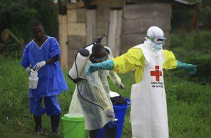 Un funcionario de salud desinfectando contra el ébola en Beni (Congo). Foto: AP.