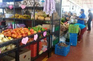 Consumidores buscan opciones de precios de los productos en Merca Panamá, aunque algunos han aumentado por la sequía. Foto: M. Murillo