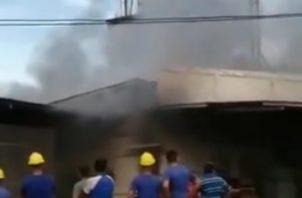 Bomberos combaten incendio en la empresa COOLECHE. Foto/Twiitter Bomberos