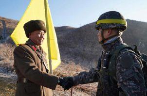 El coronel del Ejército surcoreno Yoon Myung-sik (dcha) estrecha la mano a su homólogo norcoreano Ri Jong-soo durante la verificación sobre el terreno de la eliminación de puestos de vigilancia a lo largo de la Línea de Demarcación Militar en Gangwon-do (Corea del Norte) FOTO/EFE