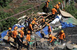 Socorristas buscan víctimas desaparecidas tras el paso del tifón. Foto: EFE.