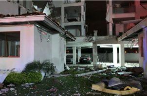 Se evalúan los daños estructurales del edificio.