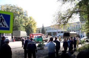 Varios miembros de los servicios de seguridad en el colegio donde se produjo un atentado en Kerch, en la península de Crimea. EFE