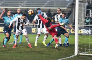 Cristiano Ronaldo anota el segundo gol de la Juventus de cabeza. Foto:EFE