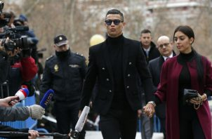 Cristiano Ronaldo junto a Georgina Rodríguez, madre de uno de sus hijos. Foto AP