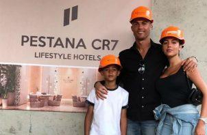 Cristiano Ronaldo junto a su novia Georgina Rodríguez y su hijo mayor Cristiano Jr. Foto @Cristiano