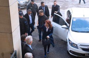 La expresidenta argentina y actual senadora Cristina Fernández llega este martes a los tribunales federales de Buenos Aires (Argentina), para el comienzo del primer juicio en su contra. FOTO/EFE