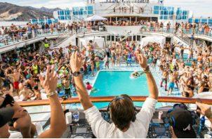 Imagen de varios adultos disfrutando a bordo de un crucero.  Foto: Cortesía