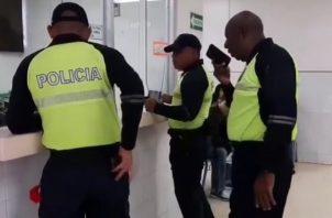 La unidad policial requirió  atención médica por los golpes recibidos cuando fue arrastrado por una conductora.