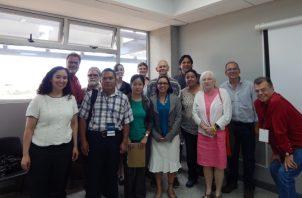 . R. Cooke con participantes en congreso arqueológico en Costa Rica.  Crédito: Claudia Díaz.