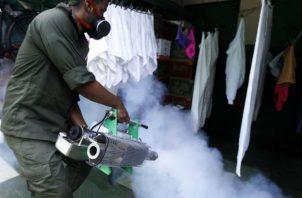 Un joven participa de campaña para luchar contra el mosquito transmisor del virus del zika, dengue y chikungunya, en La Habana (Cuba). EFE