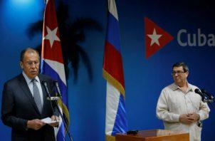 El canciller ruso, Serguei Victorovich Lavrov (i), y su homólogo cubano, ante la prensa en La Habana. Foto: EFE.